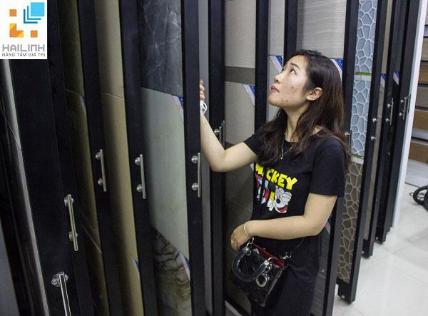khach-hang-xem-gach-op-lat-tai-Showroom-532-Duong-Lang