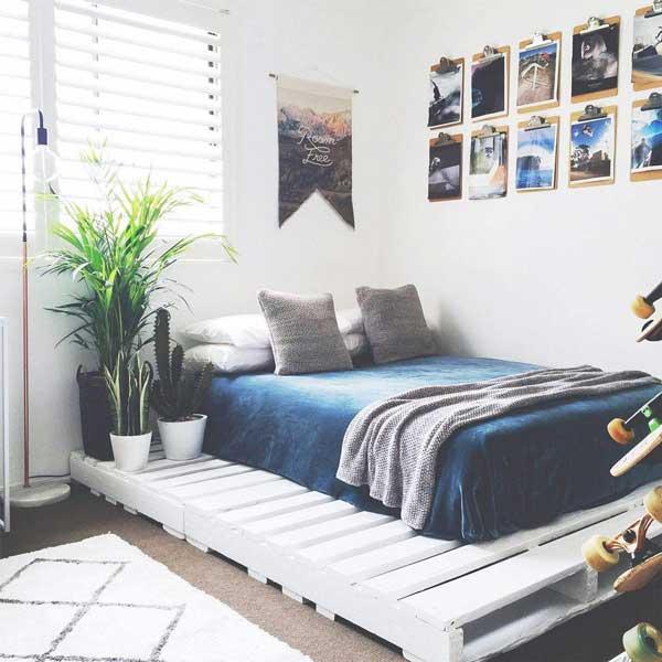 Dán các bức tranh nhỏ yêu thích lên tường cũng là một ý kiến hay