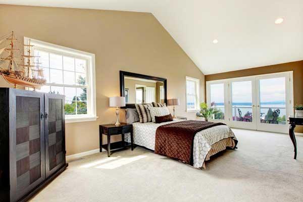 Ánh sáng tự nhiên mang lại sự thoáng đãng và dễ chịu cho không gian phòng ngủ